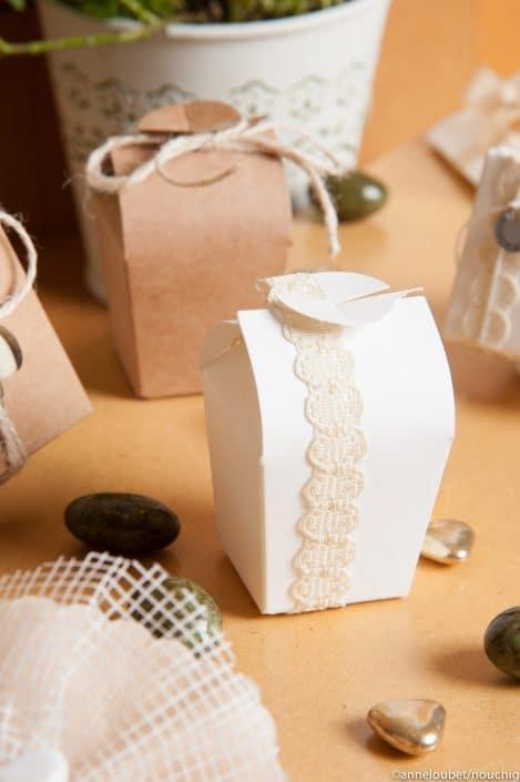 Boîte blanche agrémentée de dentelle pour dragees