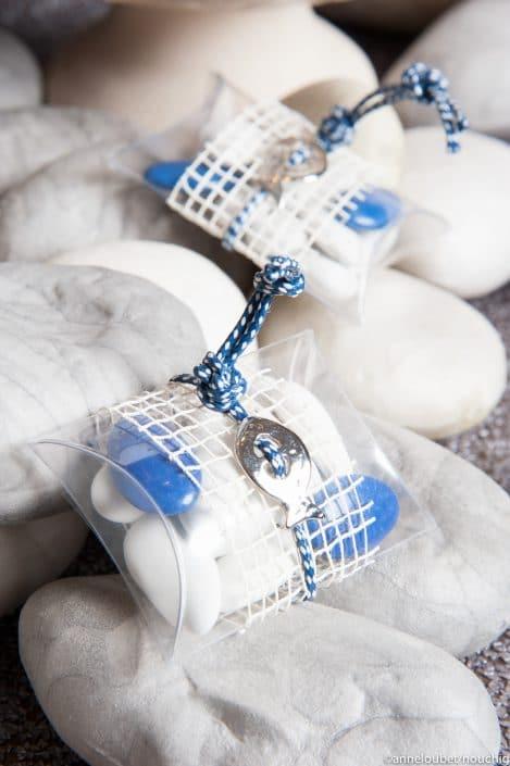 Ecrin transparent contenant des dragees avec filet